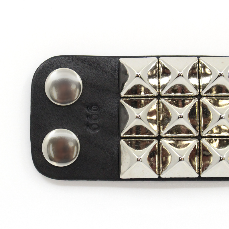 3連ピラミッドリストバンド(ボタン)