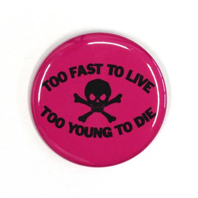 バッジ/TOO FAST TO LIVE(54mm)