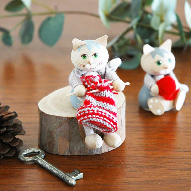 ネコと編み物/エストニア・ハンドメイド木製オブジェ