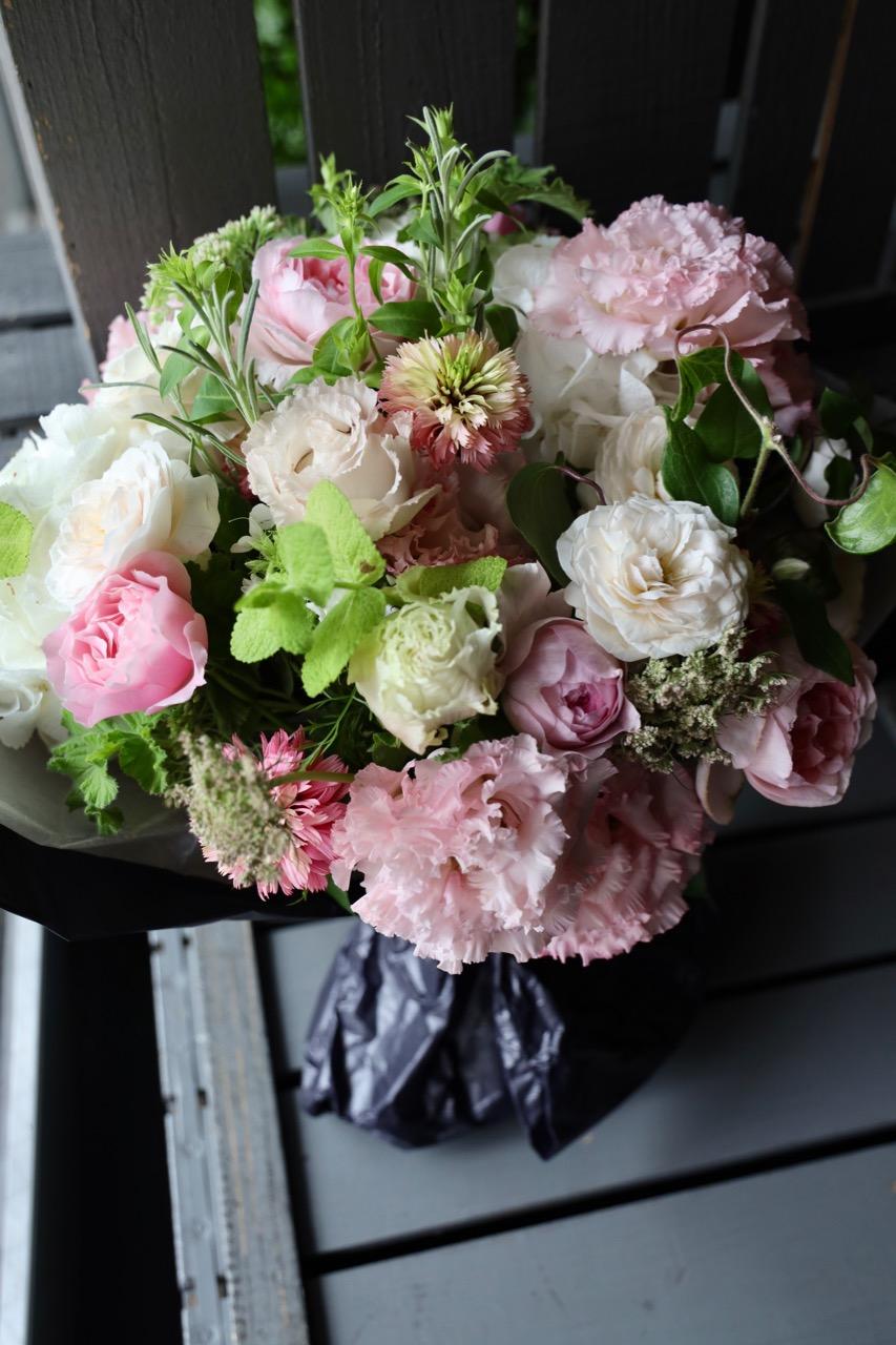 桃葉 〜 どことなく水彩画のような優しげな奥行き感。レディライクなピンクのグラデーションブーケです。 ~ [ 特選花束 L size ]