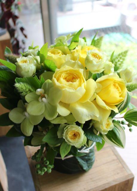 本黄 ~ 黄色系ローズギフト、フレッシュグリーンをアレンジしたリーフベースでご用意します。 ~ [ アレンジメント L size ]