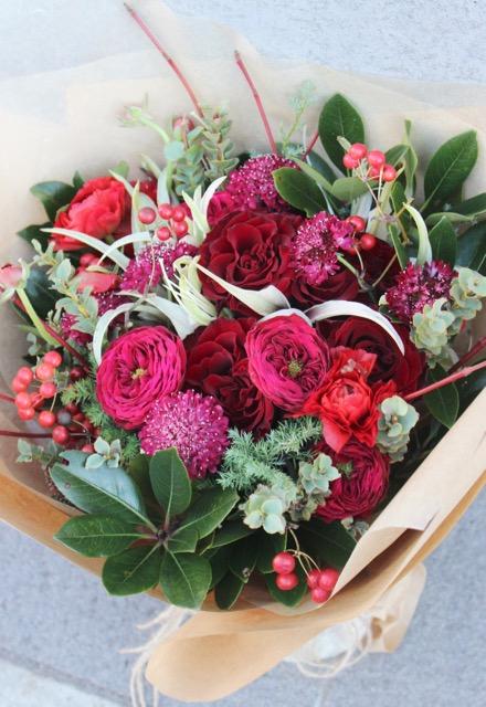 深緋 - kokiake【12月の花】赤バラに実物を束ねたホリデーシーズンにおすすめの花束です。 ~ [ 特選花束 L size ]★季節限定11/20〜12/25★