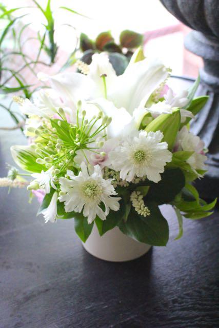 [ お供えアレンジメント M size ] 夏白 - kahaku【8月の花】純白のユリに優しい色を添えました。 ~ ★ホワイトバスケット★ 季節限定 7月〜8月