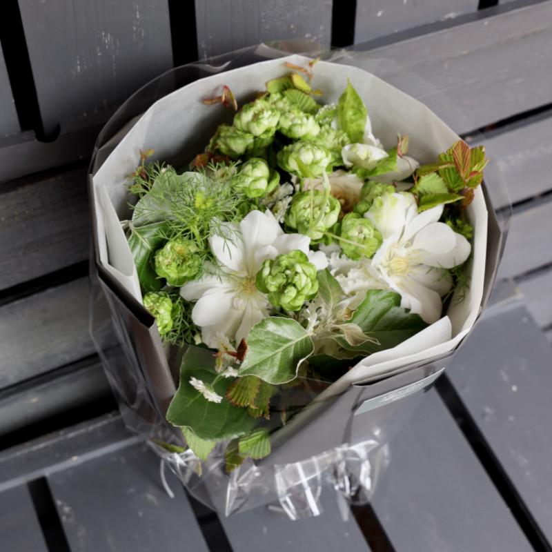 白仁-Shirani ラグジュアリーの王道、ホワイト&グリーンを都会的な庭園をイメージしたブーケで  [ 特選花束 M size ]