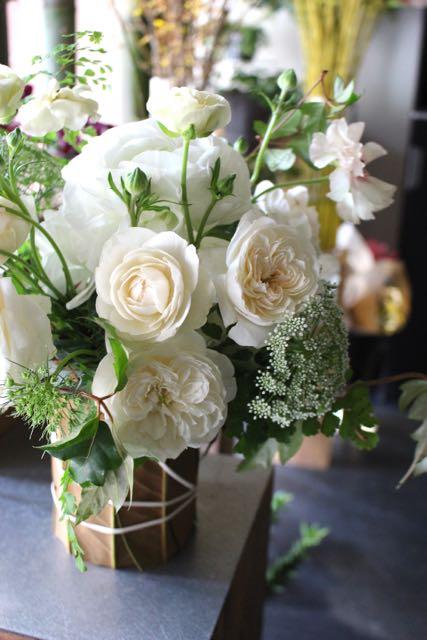 泰山木 - taisanboku【4月の花】バラと野の花を合わせたリーフベース花器ギフト ~ [ アレンジメント L size ] 季節限定 4月