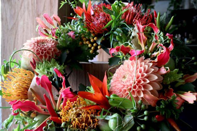 ★ 真赭  ~ 南国を感じさせる花々に爽やかなグリーンと実ものをアレンジしました。ちょっぴり香り付けにハーブを添えて。 ~ [ フラワーリース 38cm ] 都心エリア限定配送