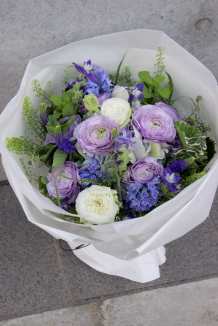白藤色 - shirafujiiro【1月の花】藤色のラナンキュラスをメインに青系の小花を束ねた花束です。 ~ [ 特選花束 L size ]★季節限定12月〜2月★