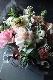 白鷺 ー そのまま飾れるリーフ花器に優しいペールトーンの花々をコーディネートしました。 [ アレンジメント M size ]
