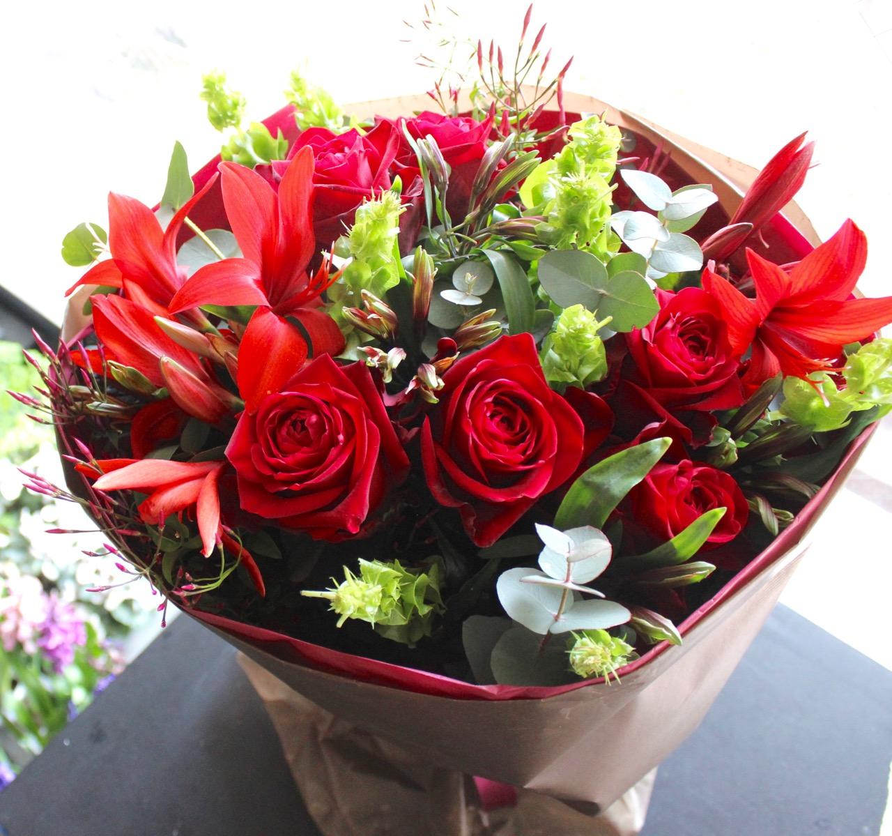 特選花束 L 弁柄 bengara ラグジュアリーな赤バラにふわっと柔らかなグリーンを添えて