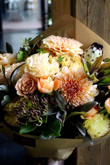 琥珀 - kohaku【10月の花】人気のダリアをこだわりの色合い、アンバー/カーキでまとめました。 〜  [ 特選花束 L size ] ★季節限定 9月〜11月★