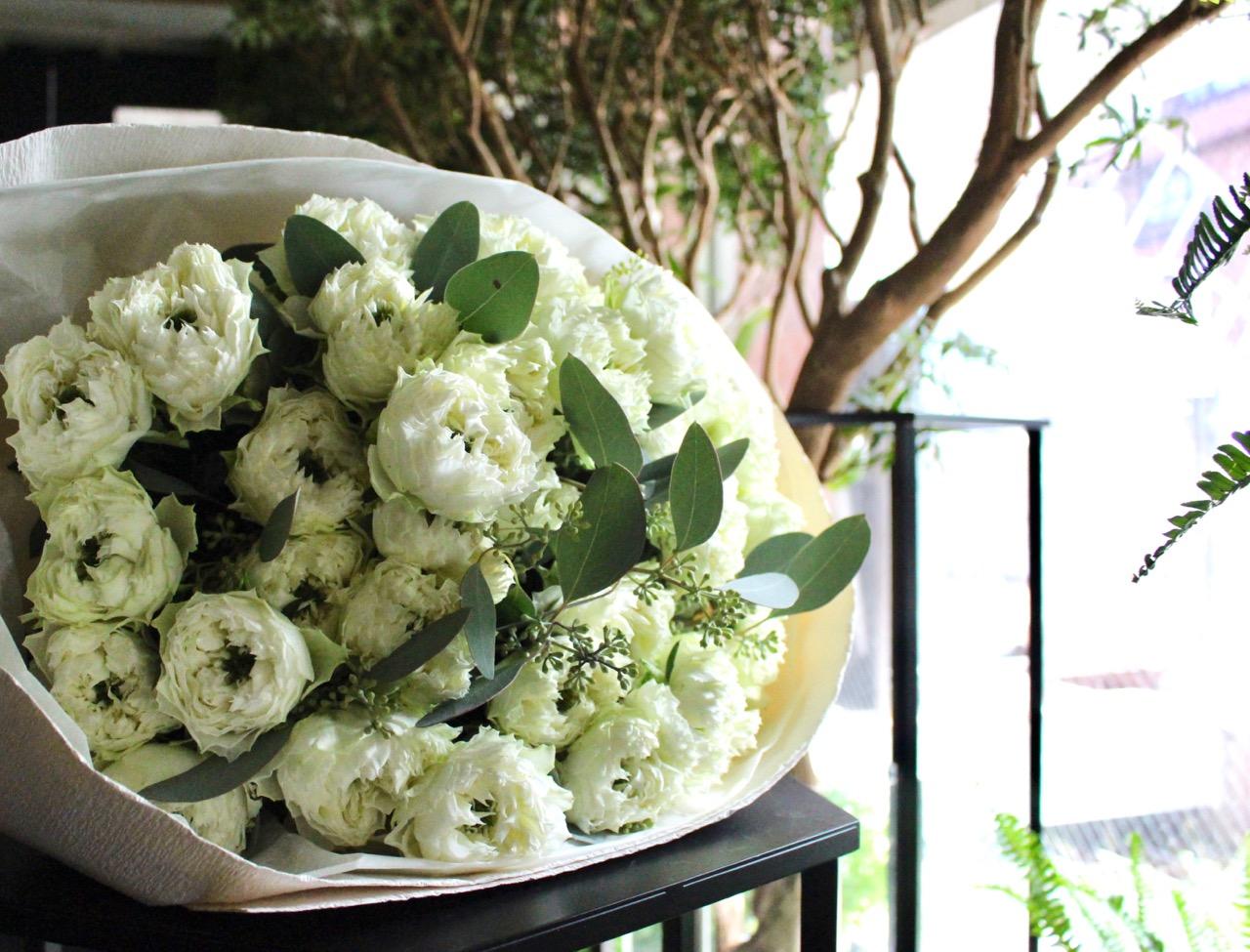 ★ 白玉 〜これこそ優雅!不変の王道、ホワイト&グリーンをモダンでシンプルに束ねました。 〜  [ 特選花束 2L size ]   都心エリア限定配送