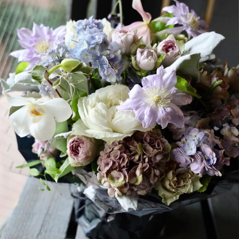 アレンジメント 3L 胡桃染-kurumizome 人気のバラをたくさん!季節のお花を添えてアレンジします