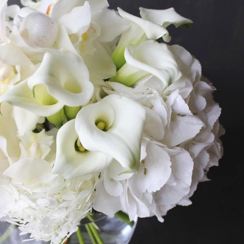 花器付きブーケ 3L 白玖-haku ラグジュアリーの王道 ホワイト&グリーンのブーケを透明ガラスボールと共に ★都心エリア限定商品