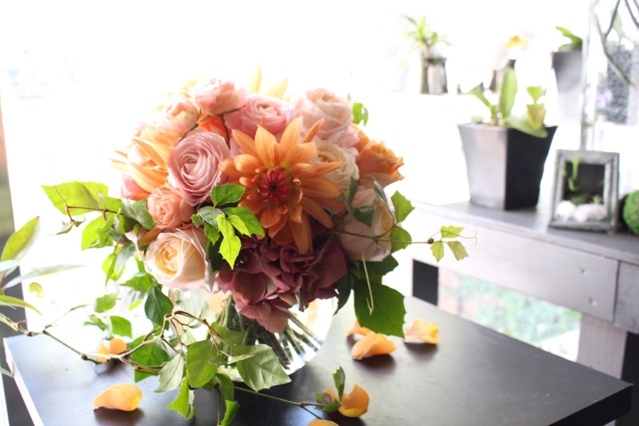 花器付きブーケ 3L 鉛丹-entan 人気のオレンジ系のお花を束ねた上質ガラスボールアレンジ ★都心エリア限定配送