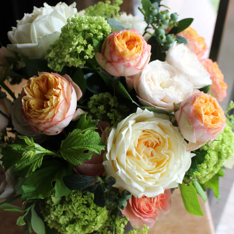 珊瑚 - Sango - フラワーベース付きでそのまま飾れる、優しい色合いのローズギフト [ アレンジメント L size ]