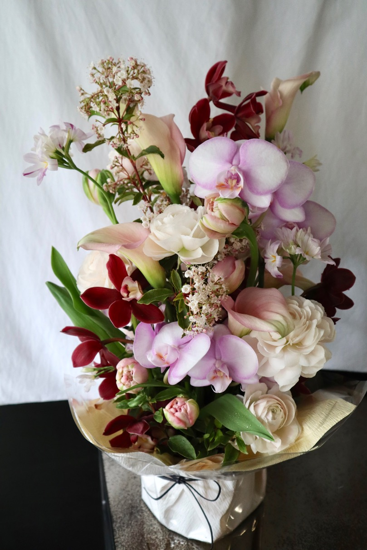 ★ 桃白磁 ~ 涼やかな印象の花々を伸びやかにアレンジしました。 ~ [ アレンジメント  Special ]  都心エリア限定配送