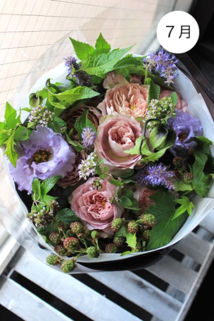 [ご自宅用の花束]   お届け月のシーズンカラーでお作りします。 *簡易エコ包装でのお届けです。 ポイント10%!!