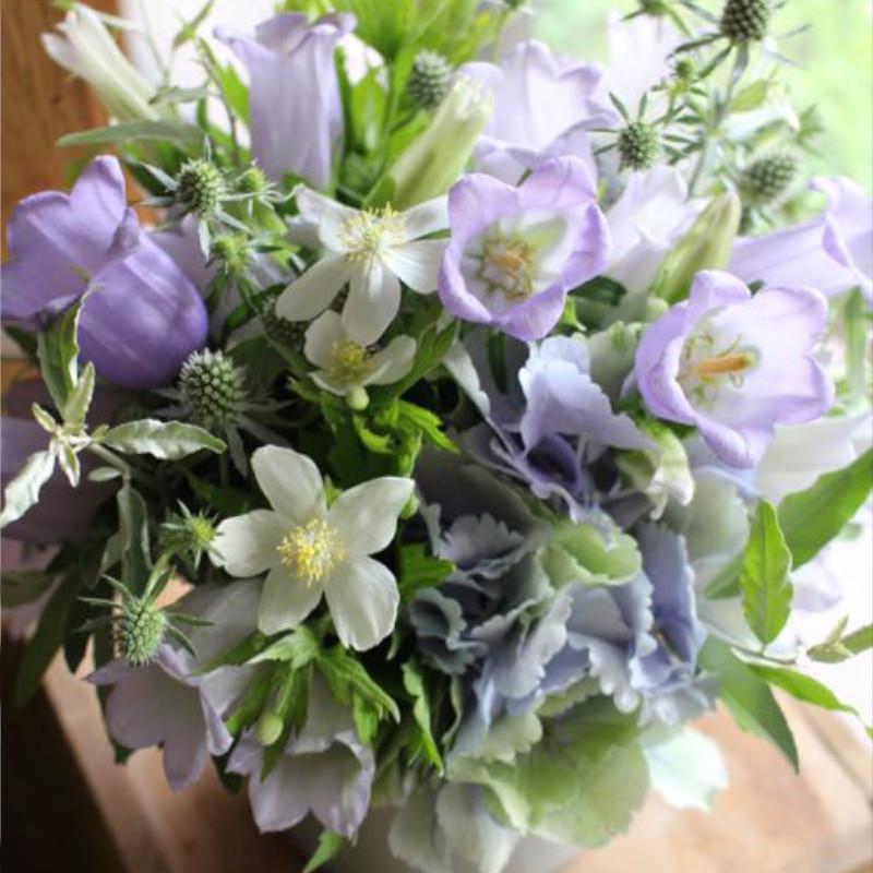 アレンジメント M 白群 byakugun【6月の花】初夏限定 ペールトーンで柔らかな印象に仕上げた花器付きギフトです。 ★季節限定 5/20~7/20