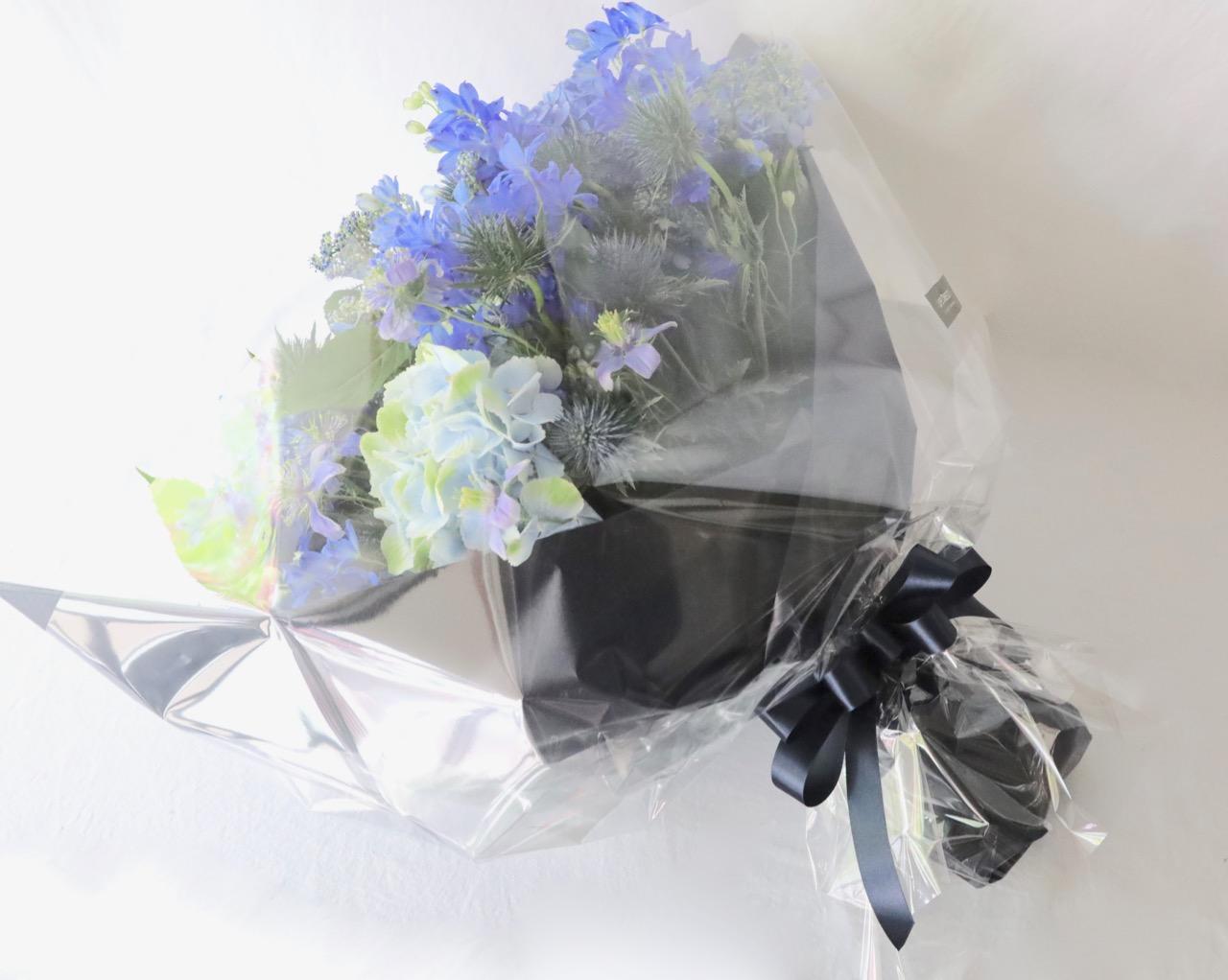 ★ 「6月」の花  青  Ao 〜 アジサイとデルフィニュウムに旬の小花を添えて。水や空を感じさせる潤いカラーを季節限定でお包みします。 〜  [ 特選花束 2L size ]   都心エリア限定配送