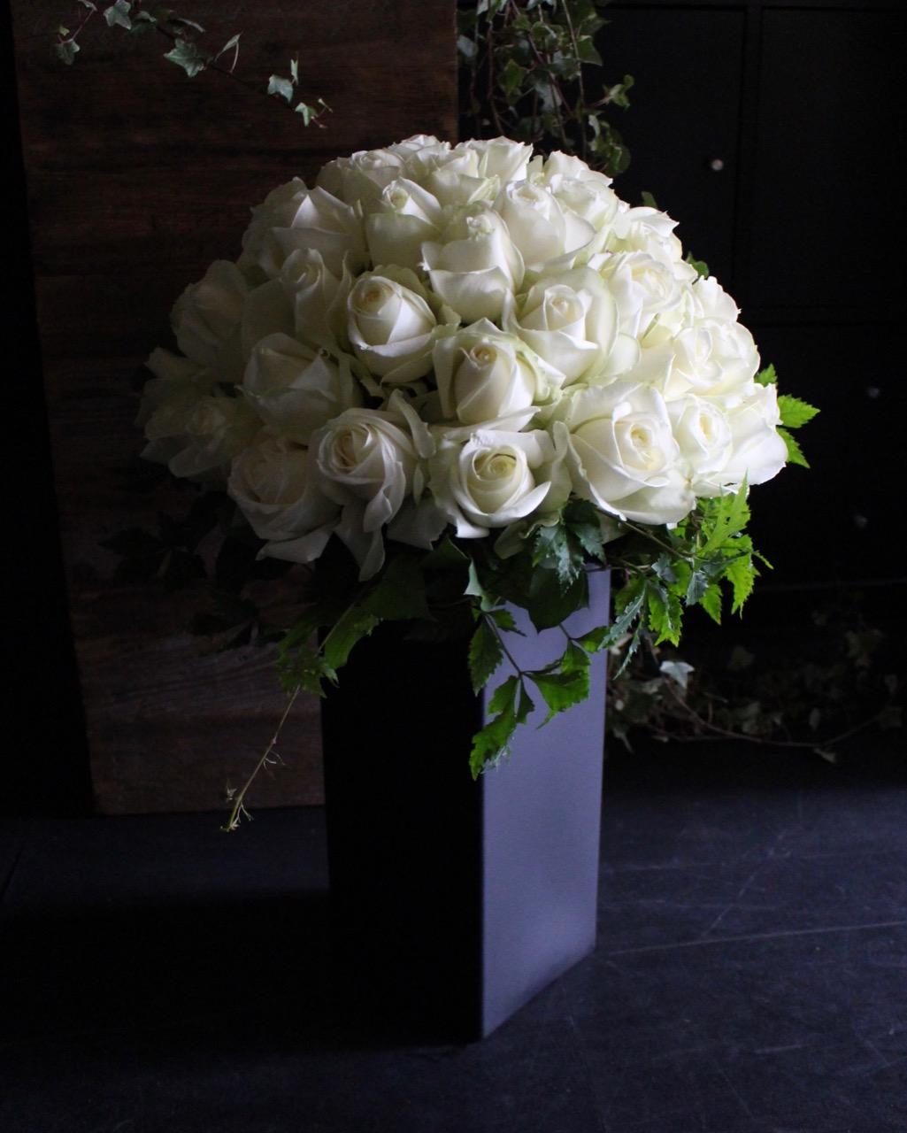 ★ 黒白 ~ 黒円柱の花器に白バラをアレンジ ~ [ アレンジメント  Special ]  都心エリア限定配送