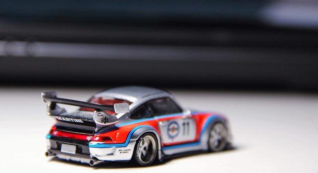 予約 PGM-640309 PGM 1/64 ポルシェ Porsche RWB 993 マルティーニ Martini #11 フル開閉モデル (四角台座)