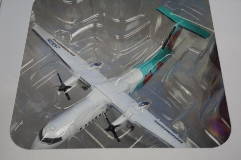 1/200 DHC-8-300 A-net つばき塗装 JA801K 木製台座付 [DH28022] 全日空商事/新品