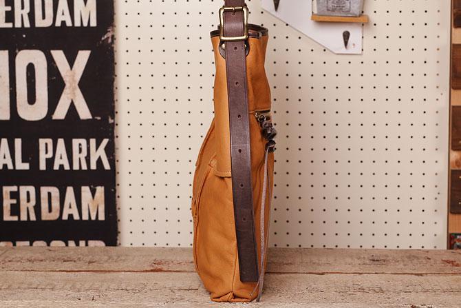 ショルダーバッグ メンズ 薄マチ縦型 鹿革風ソフト仕上げ 牛革ステア タンデムオールドスクール TIPI 71771 B4 水牛の角チャーム付き