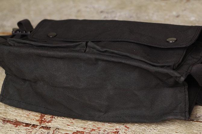 男臭い素材感が魅力的、ロウ引き帆布(ハンプ)ボディバッグ A5サイズ BAGGY PORT バギーポート acr 477