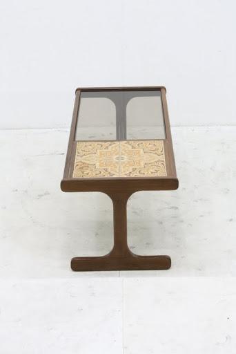 レンタル: ヴィンテージ G-PLAN ガラス&タイルコーヒーテーブル