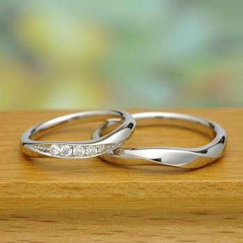 【月の鏡】結婚指輪ペア プラチナをたっぷり使った高級リング。レディースは大きめのダイヤが入って高級感があります  MpG1S88