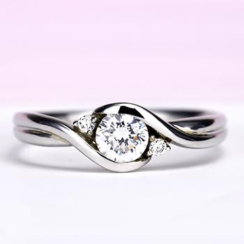 婚約指輪 ダイヤモンドを優しく包み込むデザイン、引っかかりにくいので普段使いに向いています。