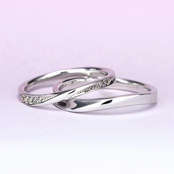 結婚指輪ペア  プラチナ製の緩やかなウェーブデザインリング 女性用は 両面にダイヤが入って高級感があります