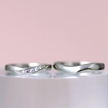 【月の鏡 Tsuki no kagami】MpNJ2LphM  少し幅広の緩やかなV字リング、女性用はピンクダイヤとH&Cカットダイヤの高級品