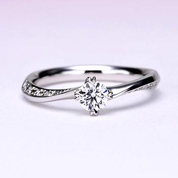 婚約指輪   上から見るとシンプル、横から見ると高級感のある、上品な指輪。ハート形の爪がキュートで個性的です。着け心地抜群! 0.30,D,VS2,3EX,H&C