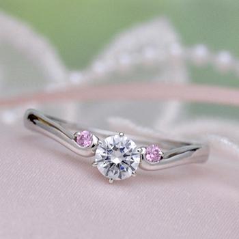 婚約指輪  Pt 脇石ピンクサファイア2個、緩やかなV字の優しいデザインの指輪  EG22X26ps -25FF1
