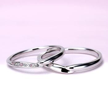 【Harmony】緩やかなV字デザイン  女性用は天然ピンクダイヤモンドを3個使った可愛い高級リング[ハードプラチナ]