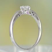 【可憐 Karen】婚約指輪 Pt シンプルデザインで、横から見るとピンクダイアと透かし模様がエレガント 0.30ct,D,VS2,3EX,H&C