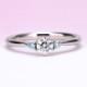 婚約指輪  爽やかな薄い水色のアイスブルーダイヤが入った人気のダイヤモンドリング