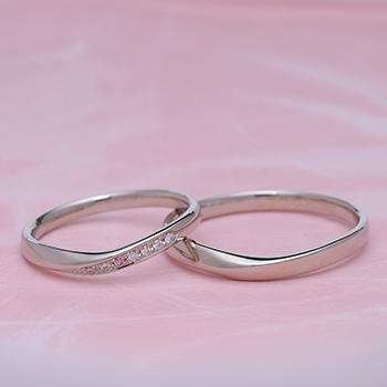 【Harmony 】結婚指輪ペア-プラチナ  女性用は、天然ピンクダイヤを使った 細めで緩やかなカーブの指輪  内側にブルーサファイア入り MpHa01Lp1M