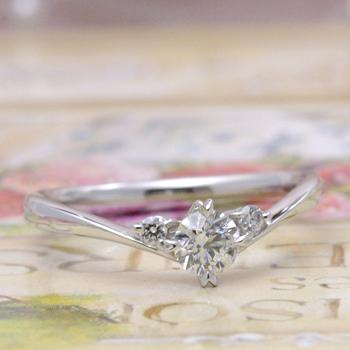 婚約指輪  ES1MDh-30F ハート型の爪が個性的なV字のダイアモンドリング H&Cメレーダイアの高級タイプ