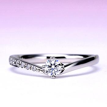 婚約指輪【ハート型の爪が個性的なV字】のダイヤモンドリング 0.20ct,F,VS2,3EX,H&C【脇石もH&Cメレーダイヤの高級タイプ】