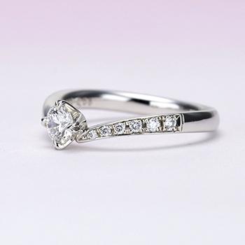 婚約指輪【ハート型の爪が個性的なV字】のダイヤモンドリング 【H&Cメレーダイヤの高級タイプ】 ES1NZh-0.25ctD,VS1,3EX,H&C