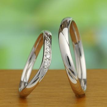 結婚指輪ペア (プラチナ)レディースは優しいカーブラインのダイア入りリング