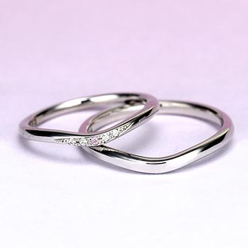 結婚指輪ペア プラチナ製  女性用には希少なピンクダイヤが入った細身の緩やかなV字デザインのリング MpTRM213p-214