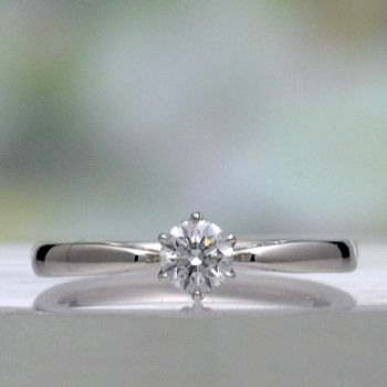 【可憐 Karen】婚約指輪 Pt シンプルデザインで、横から見るとピンクサファイヤと透かし模様がエレガント