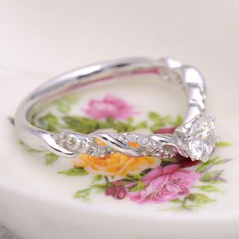婚約指輪  EDR1213-25F1 可愛い繊細なデザインの指輪、緩やかなV字で指がスマートに見えます。