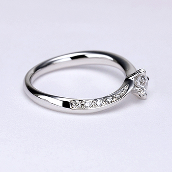 婚約指輪   上から見るとシンプル、横から見ると高級感のある、上品な指輪。ハート形の爪がキュートで個性的です。着け心地抜群! ES1MK-20F1