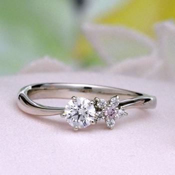 【可憐 Karen】婚約指輪  個性的な5枚の花弁のお花のデサイン   ピンクダイヤとH&Cメレダイヤ使用 EJTR23Aph-25FF1