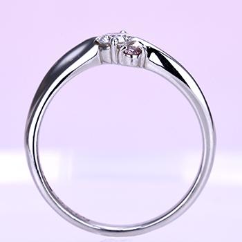 婚約指輪 ピンクダイヤ入りウェーブデザイン 高さが無く引っ掛かりにくいデザインです