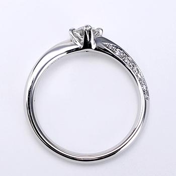 ★特別価格★婚約指輪   上から見るとシンプル、横から見ると高級感のある、上品な指輪。ハート形の爪がキュートで個性的です。着け心地抜群! 0.30,D,VS2,3EX,H&C